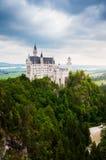 Castelo de Neuschwanstein no dia nebuloso imagem de stock