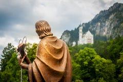Castelo de Neuschwanstein nos cumes bávaros, perto de Fussen-Schwanga Fotos de Stock Royalty Free