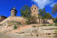 Castelo de Nuremberg (torre de Sinwell) com céu azul e nuvens Fotografia de Stock Royalty Free