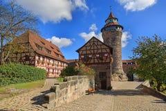 Castelo de Nuremberg (torre de Sinwell) com céu azul e nuvens Foto de Stock Royalty Free