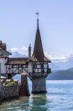 Castelo de Oberhofen no lago Thun em Suíça Fotos de Stock Royalty Free