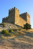 Castelo de pedra antigo no monte Fotos de Stock