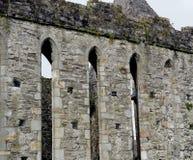 Castelo de pedra com os arcos na Irlanda Imagens de Stock Royalty Free