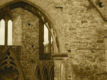 Castelo de pedra com os arcos na Irlanda no Sepia Foto de Stock