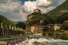 Castelo de pedra velho de Aosta com o rio em Italia norte fotos de stock royalty free