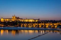 Castelo de Praga e de Charles Bridge durante a hora azul foto de stock