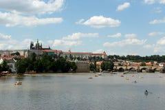 Castelo de Praga e rio Vltava Imagens de Stock Royalty Free