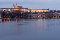 Castelo de Praga iluminado por luzes da noite na república checa imagens de stock royalty free
