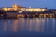 Castelo de Praga iluminado por luzes da noite na república checa imagens de stock
