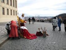 Castelo de Praga - 9 de março de 2018: Os artistas da rua atraem turistas imagem de stock royalty free