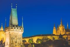 Castelo de Praga no distrito e no Charles Bridge Tower de Mala Strana durante o por do sol azul da hora em República Checa fotografia de stock royalty free