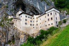Castelo de Predjama, Slovenia Vista cênico do castelo de Predjama perto da boca da caverna de Postojna A arquitetura de Anciend b imagens de stock