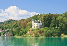 Castelo de Reifnitz no valor do lago. Carinthia, Áustria fotos de stock