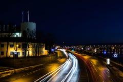 Castelo de Riga, o 11 de novembro terraplenagem, cidade velha na noite Fotos de Stock Royalty Free