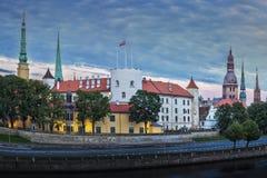 Castelo de Riga, o 11 de novembro terraplenagem, cidade velha na noite Fotografia de Stock Royalty Free