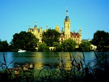 Castelo de Schwerin com o lago na parte dianteira em Meclemburgo-Pomerania, Alemanha imagem de stock
