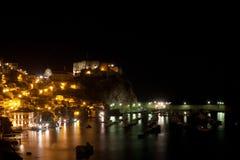 Castelo de Scilla tomado por um tiro da noite foto de stock royalty free
