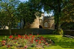 Castelo de Skipton sob as árvores foto de stock