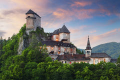 Castelo de Slovakia no por do sol - hrad de Oravsky fotos de stock royalty free