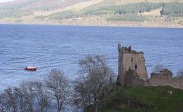 Castelo de Urquhart com um barco em Loch Ness Fotografia de Stock Royalty Free