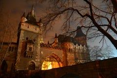 Castelo de Vajdahunyad na noite imagem de stock
