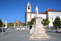CASTELO DE VIDE, PORTUGAL - 14 DE OUTUBRO DE 2016: Estátua de Dom Pedro V com a igreja de Santa Maria da Devesa e o castelo no th imagem de stock
