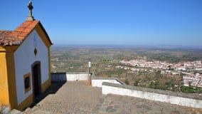 CASTELO DE VIDE, PORTUGAL: Ot da vista aérea a cidade da capela de Nossa Senhora a Dinamarca Penha fotografia de stock royalty free