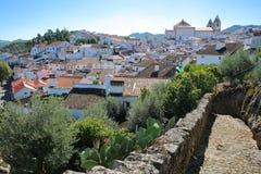 CASTELO DE VIDE, PORTUGAL: Vista da cidade velha com casas whitewashed e os telhados telhados fotos de stock royalty free