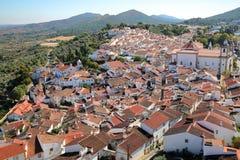 CASTELO DE VIDE, PORTUGAL: Vista da cidade velha e dos montes circunvizinhos do castelo medieval fotos de stock