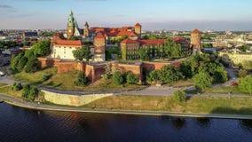 Castelo de Wawel, catedral e Vistula River, Krakow, Polônia na mola Vídeo aéreo filme