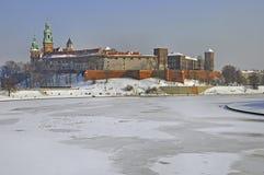 Castelo de Wawel em Krakow e no rio de Vistula congelado foto de stock royalty free
