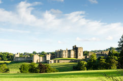 Castelo distante de Alnwick Fotografia de Stock Royalty Free