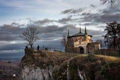Castelo do conto de fadas em um penhasco foto de stock