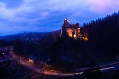 Castelo do farelo com luzes na noite em Romênia Imagens de Stock Royalty Free