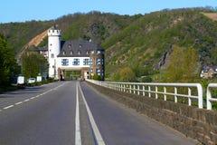 Castelo do Leyen, estrada que passa o castelo perto de Kobern Gondorf no rio de Moselle, Alemanha Fotografia de Stock