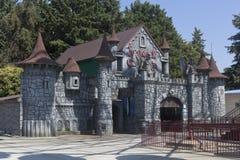 Castelo do medo na estância turística do ` do parque do metro do ` do parque de diversões de Adler, Sochi imagens de stock