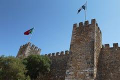 Castelo do Sao Jorge: Parede externo e Lisboa e português Fla fotos de stock
