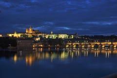 Castelo e Charles Bridge de Praga na noite imagem de stock