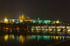 Castelo e Charles Bridge de Praga na noite, República Checa Fotos de Stock Royalty Free