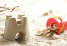 Castelo e escudos da areia Imagem de Stock Royalty Free