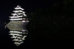 Castelo e lago de Matsumoto na noite Fotos de Stock