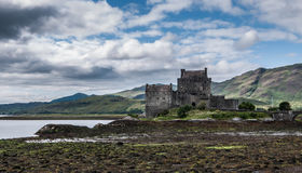 Castelo e ponte de Eilean Donan com maré baixa Imagens de Stock