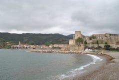 Castelo e praia de Collioure fotografia de stock royalty free