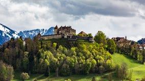 Castelo e vila Gruyeres em maio de 2017 em Suíça imagens de stock royalty free