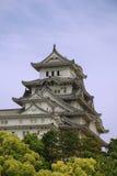 Castelo em Hiimeji com árvores, Japão Fotos de Stock Royalty Free