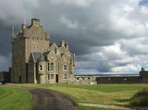 Castelo em montanhas escocesas fotografia de stock royalty free