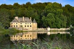 Castelo em uma lagoa Imagens de Stock Royalty Free