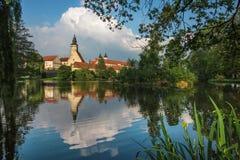 Castelo espetacular sob o céu nebuloso em Telc, uma cidade em Moravia, um local do patrimônio mundial do UNESCO em República Chec Fotografia de Stock Royalty Free