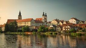 Castelo espetacular sob o céu nebuloso em Telc, uma cidade em Moravia, um local do patrimônio mundial do UNESCO em República Chec Fotografia de Stock