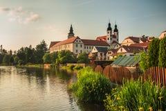 Castelo espetacular sob o céu nebuloso em Telc, uma cidade em Moravia, um local do patrimônio mundial do UNESCO em República Chec Fotos de Stock